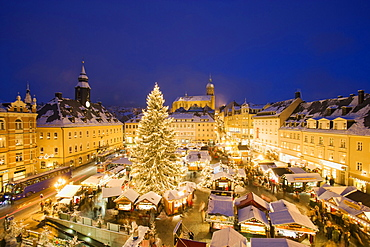 Christmas market, St. Anna church in background, Annaberg-Buchholz, Ore mountains, Saxony, Germany
