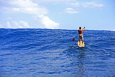 Standup paddle surfer paddling back to the lineup, Teahupoo, Tahiti, French Polynesien, South Pacific
