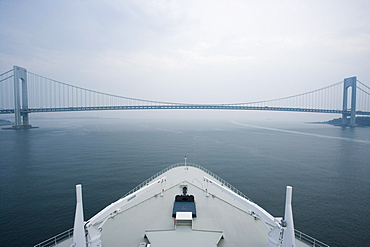 Bow of the cruise liner Queen Mary 2 leaving New York City, Verrazano Narrows Bridge, USA