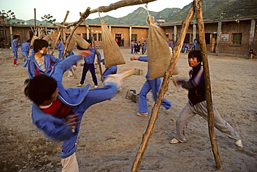 Kung Fu school in 1987 with simple equipment, Shaolin, Song Shan, Henan province, China, Asia, 1987