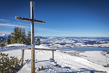 Summit cross on Tegelberg (1,720 m) with a view of the Forggensee, Schwangau, Allgäu, Bavaria, Germany