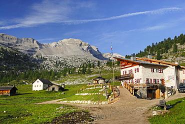 La Varella lodge, Fanesalm, Naturpark Fanes-Senes-Prags, Dolomites, Trentino-Alto Adige/South Tyrol, Italy