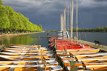 Machsee Lake in Hannover, sailing boats, rowing boats, black sky, coming storm, colorful, Lower Saxony, northern Germany