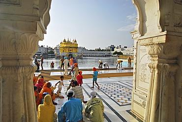 Pilgrims at the Golden Temple, Sikh holy place, Amritsar, Punjab, India, Asia