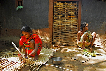 Tribal women braiding mats in Bastar, Chhattisgarh, India, Asia