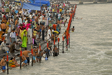 Aahrti ceremony, bathing pilgrims at Hari Ki Pairi Ghat river in the evening, Haridwar, Uttarakhand, India, Asia