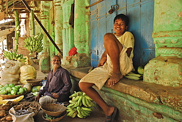 Traders selling fruits and vegetables next to Jagannath Temple, Puri, Orissa, India, Asia