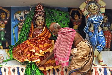 Brahmin changing cloths of goddess above main entrance of Jagannath Temple, Puri, Orissa, India, Asia