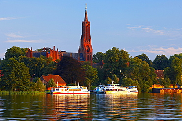 With a houseboat on the Mueritz-Elde-Waterway near Malchow, Monastery of Malchow, Mecklenburg, Germany, Europe