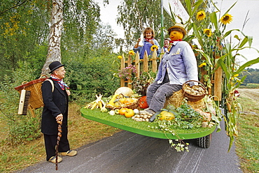 Kiepenkerl (mobile trader), and float at harvest festival in Ostbevern-Brock, Muensterland, North Rhine-Westphalia, Germany