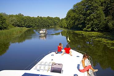 with the houseboat on the Obere-Havel-Wasserstrasse, Havel, near Ziegeleipark Mildenberg, Mecklenburger Gewaesser, Brandenburg, Germany, Europe