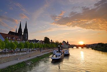 View to Old town with Regensburg cathedral in the evening, Regensburg, Upper Palatinate, Bavaria, Germany