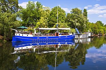 Captn Schillow boat restaurant and cafe near Charlottenburg gate at Landwehr Canal in Tiergarten, Berlin, Germany