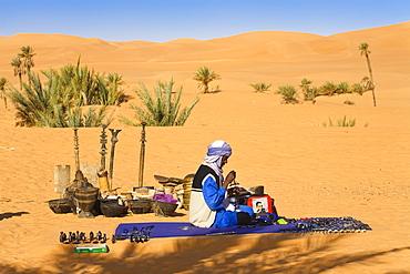 Tuareg selling souvenirs at Mandara Lakes, oasis Um el Ma, libyan desert, Libya, Sahara, North Africa