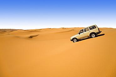 jeep in sandy desert, Libya, Sahara, North Africa