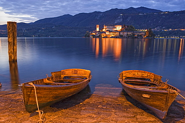 Rowing boats on the lake shore of Lake Orta, Isola San Giulio in the background, Orta San Giulio, Piedmont, Italy