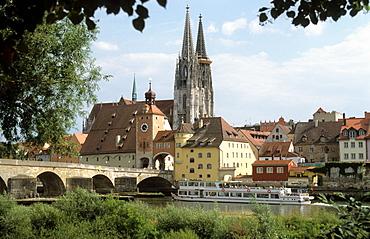 Regensburg cathedral and stone bridge, Regensburg, Upper Palatinate, Bavaria, Germany