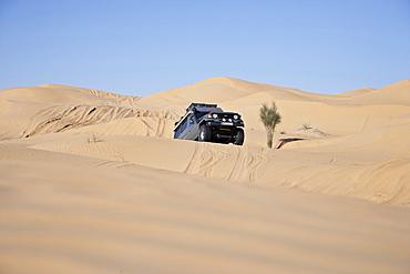 Toyota Landcruiser driving up dune, Chott El Jerid, Tunesia, Africa