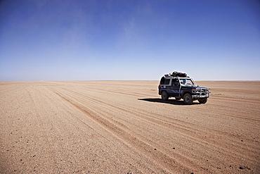 Toyota Landcruiser driving through the desert, Murzuk sand sea, Lybia, Africa