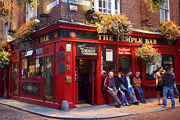 People outside The Temple Bar in Temple Bar district in the evening, Dublin, County Dublin, Leinster, Ireland, Europe