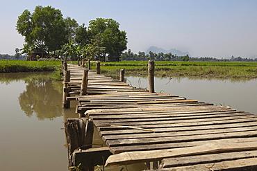 Wooden bridge to a hut in the fields, Kayin State, Myanmar, Birma, Asia
