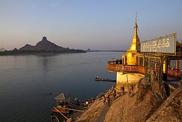 Shwe Yin Myaw Pagoda at the Thanlwin river at sunset, Hpa-An, Kayin State, Myanmar, Birma, Asia