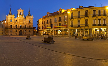 Main square and townhall in the evening, Plaza Mayor, Astorga, Province of Leon, Old Castile, Castile-Leon, Castilla y Leon, Northern Spain, Spain, Europe