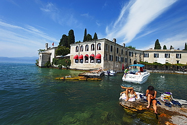 Couple, lazy, Punta San Vigilio, Hotel, Restaurant, Garda, Lake Garda, Veneto, Italy