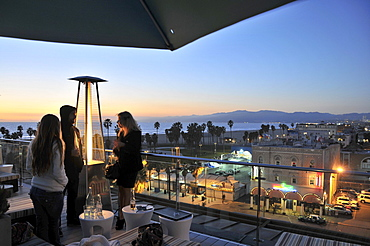 People on a rooftop terrace at Venice Beach in the evening, Santa Monica, Los Angeles, Los Angeles, California, USA, America