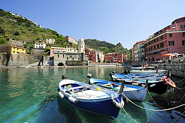 Boats in the harbour of Vernazza with Vernazza in the background, Vernazza, Cinque Terre, UNESCO World Heritage Site Cinque Terre, Mediterranean, Liguria, Italy