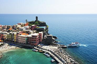 Excursion boat landing at Vernazza harbour, Vernazza, Cinque Terre, UNESCO World Heritage Site Cinque Terre, Mediterranean, Liguria, Italy