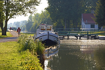 Late afternoon at the lock of Lamotte-Brebiere, Canal de la Somme, AmiÈnois, Dept. Somme, Picardie, France, Europe