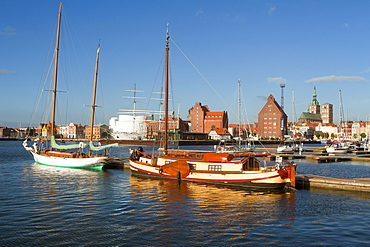 Ozeaneum, warehouses and sailing boats in the harbour, Nikolai church in the background, Stralsund, Baltic Sea, Mecklenburg-West Pomerania, Germany