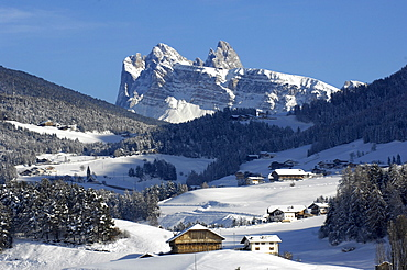 Farmhouses in snowy landscape in front of Geisler mountain range, Kastelruth, Valle Isarco, Alto Adige, South Tyrol, Italy, Europe