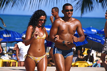 People on the beach in the sunlight, Barrraca, Praia Mundai, Porto Seguro, Bahia, Brazil, South America, America