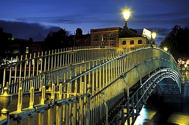Footbridge in the evening, Half Penny Bridge, Ha'penny Bridge, built in 1816, Liffey river, Dublin, Ireland