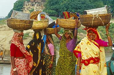 Women carrying baskets to market place, Varanasi, Benares, Uttar Pradesh, India, Asia