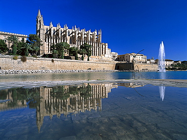 Cathedral La Seu with reflection, Palma Cathedral, Cathedral of Santa Maria of Palma, Palma de Mallorca, Mallorca, Spain
