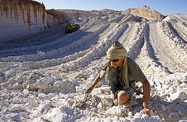 Visitor searching for opals, opal mining fields, Aboriginal Land, Stuart Highway near Marla Opalsiedlung, South Australia