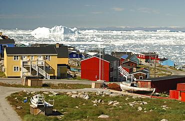 Colourful houses in Ilulissat, icebergs in the background, Ilulissat, Jakobshavn, Kaalalit Nunaat, Greenland