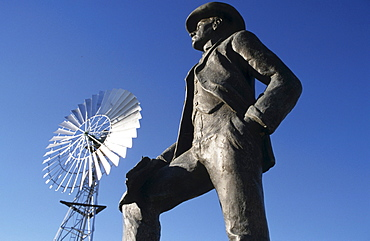 Statue of songwriter A.B. Banjo Paterson, author of Waltzing Maltilda, Waltzing Maltilda Centre, Maltilda highway, Queensland, Australia