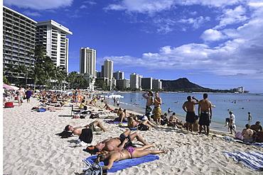 Sunbathing on Waikiki Beach, Honolulu, Oahu, Hawaii, USA00056737