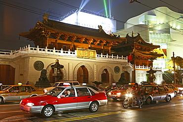 Jing'an Temple at night, Jing An Tempel, modernisiert, Nanjing XiLu, Taxi