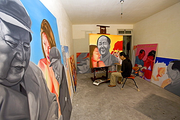 Lao Fan, Painter Lao Fan in his studio, paints chairman Mao in combination with, attractive and sexy girls, power, Vorsitzender Mao als Playboy, womanizer, red guards, Mao bible