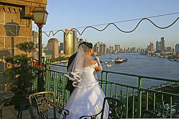 Bride and groom, Peace Hotel, White wedding, Brautpaar, Hochzeit, Dachterrasse, Blick ueber Pudong, view above Pudong and river