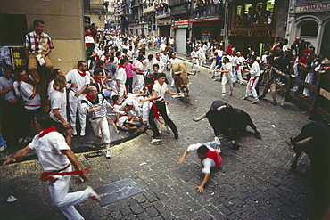 Bull running in the city, Encierro-Mercaderes, Estafeta, Fiesta de San Fermin, Pamplona, Navarra, Spain