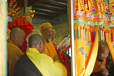abbot with monks, Nantai temple, Heng Shan south, Hunan province, Hengshan, Mount Heng, China, Asia