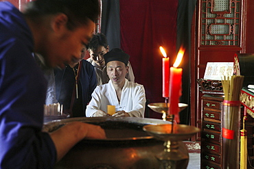 Prophesier, a monk at the altar of a taoist temple, Hua Shan, Shaanxi province, China, Asia
