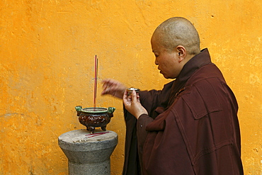 Nun at symbolic rice oblation, Changcheng monastery, Jiuhuashan, Anhui province, China, Asien
