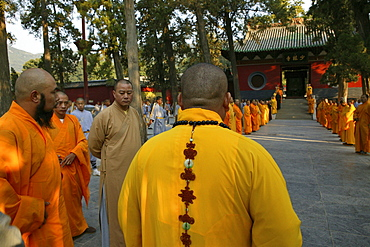 Shaolin Buddhist monk watching Kung Fu students, Shaolin Monastery known for Shaolin boxing, Taoist Buddhist, Song Shan, Henan province, China
